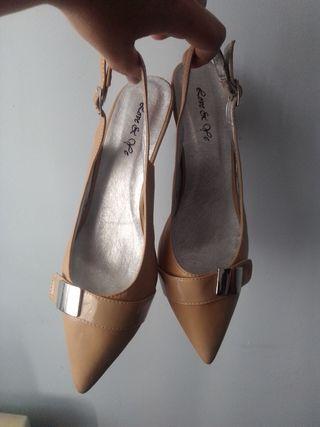 zapatos de tacón bajo beige