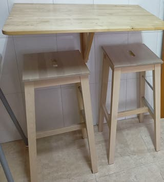 Dos taburetes y mesa plegable