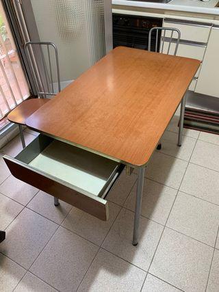 Mesa de cocina vintage con sillas a juego