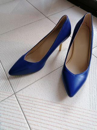 Zapatos con tacón azul