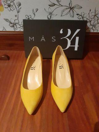 Zapato de salon de ante amarillo numero 38