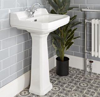 lavabo con dos grifos más vide y wc