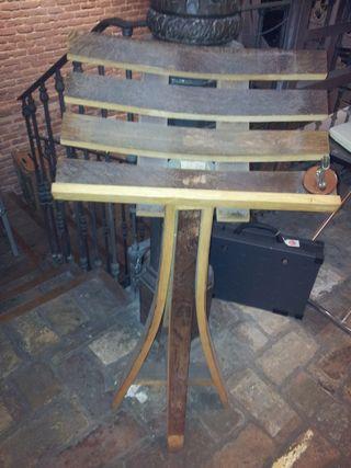 Atril de pié hecho de madera de barrica