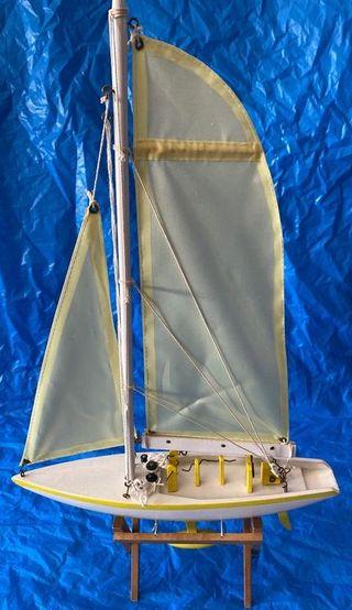 Barca de pescadores. Maqueta en madera. Artesanal.