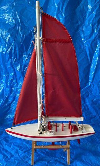 Barco. Artesanal. Maqueta de moderno velero.