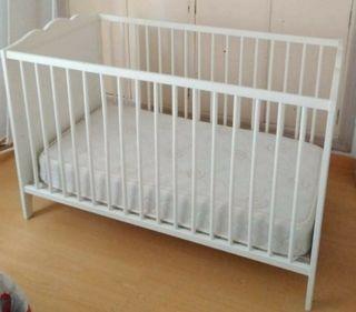 Cuna bebé lacada en blanco y colchón a medida.