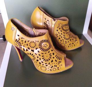 Zapatos sandalia piel amarillos tacón alto Cuplé