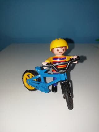 Niño con bicicleta playmobil