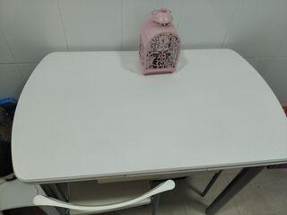 Mesa y 2 sillas blancas