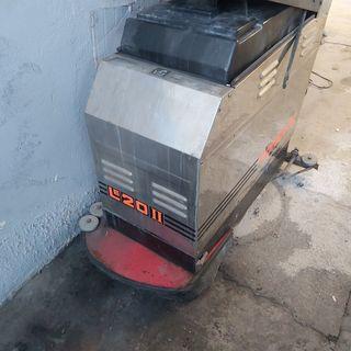 Maquina fregasuelos o fregadora.