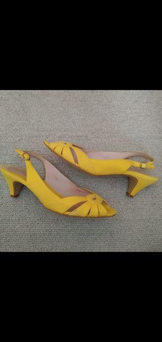 zapatos de tacón amarillos