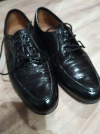 zapatos negros de piel chico