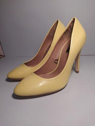 zapatos tacón aguja amarillo