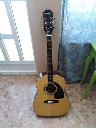 Guitarra, funda, dos púas y cejilla