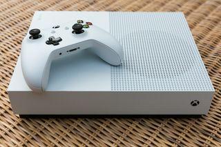 Xbox one con mando y varios juegos.
