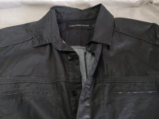 Calvin Klein, camisa negra