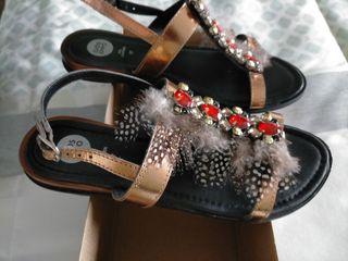 Sandalias con plumas y brillantes