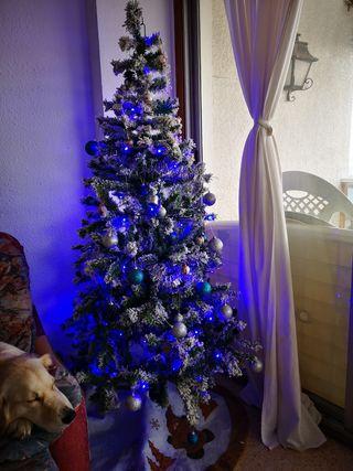 Se vende árbol de Navidad con adornos y luces