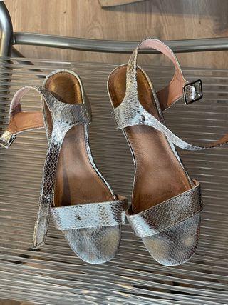 Sandalias de tacón bajo plateadas