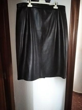 Falda de piel negra