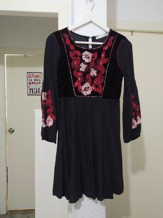 vestido Sfera M con bordado. En realidad parece S
