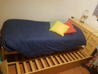 Cama individual doble y escritorio de madera.