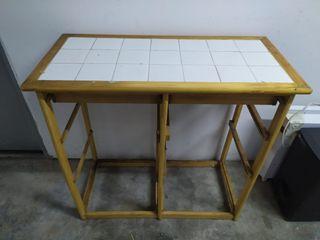 mesa de madera con racholas blancas