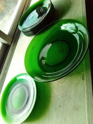 Lote: una fuente, distintos platos llanos verdes.