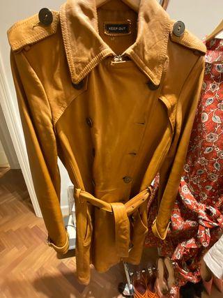 Gabardina de cuero marrón .