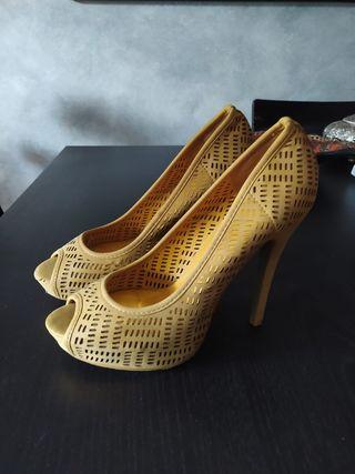 zapatos tacon amarillos