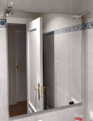 Espejo baño Salgar con apliques de luz.