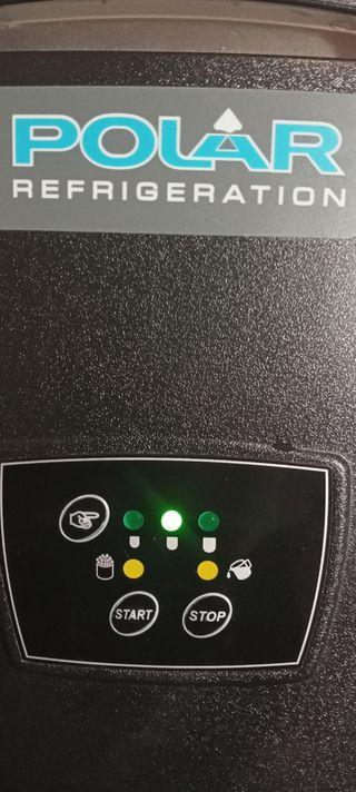 Máquina de hielo sobre mostrador