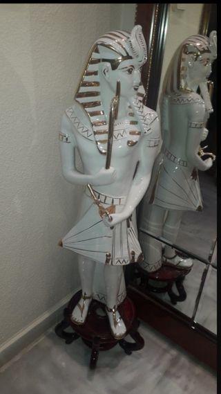 Figura egipcia de gran tamaño