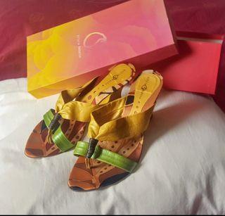Sandalia de piel. Amarillo/verde. Talla 40
