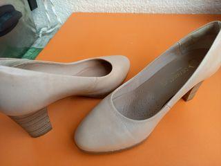 Zapatos beige.