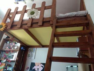 Habitación con cama alta