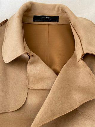 Abrigo tipo trench de antelina color beige.