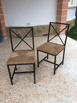 2 sillas de metal y mimbre