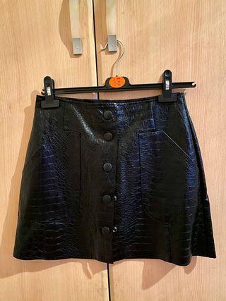 Falda negra corta piel Stradivarius