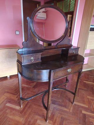 Cómoda con espejo de madera antigua. Antigüedad