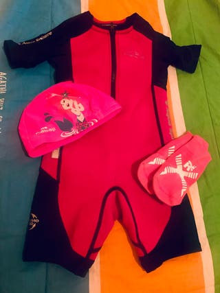 Bañador de neopreno, gorro y calcetines para niña
