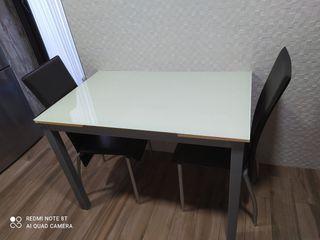mesa de comedor con dos sillas