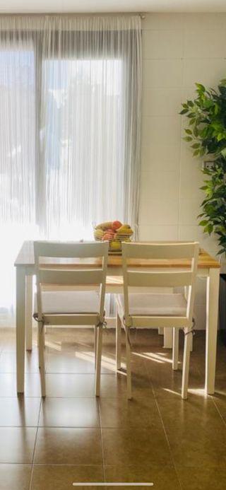 Mesa de cocina, dos sillas y un banco