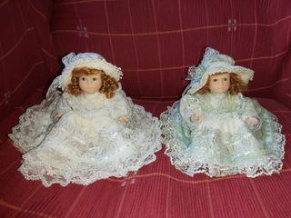 Pareja de pequeñas muñecas de cerámica