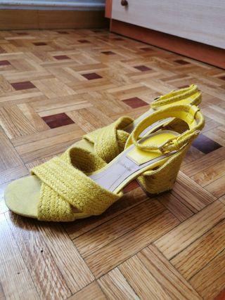 Zapato tacón bajo amarillo