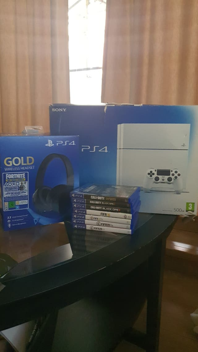Playstation 4 500gb+Sony Gold+2 controllers+7 game