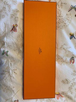Corbata Hermés. Con su caja y papel de seda.