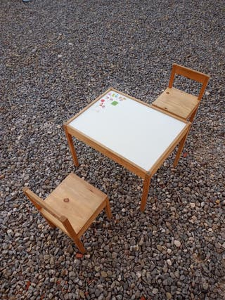 Mesa y dos sillas niño