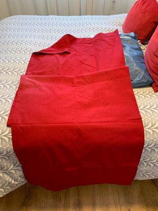 Un par de cortinas rojas