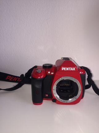 Cámara de fotos Pentax K-r con ojetivos.